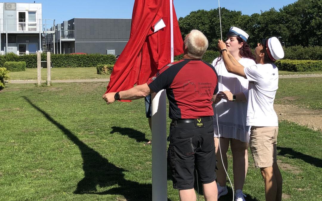 De første studenter hejser flaget